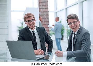 сидящий, счастливый, businessmen, два, офис, стол письменный