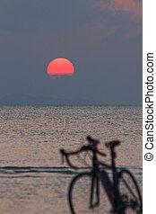 силуэт, of, байк, на, , пляж, в, красный, закат солнца, задний план