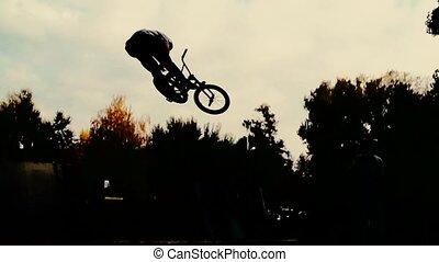 силуэт, of, джемпер, performing, bmx, гора, велосипед,...