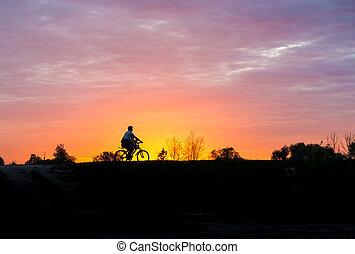 силуэт, of, , человек, на, велосипед, в, закат солнца