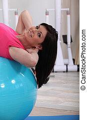 симпатичная, женщина, с помощью, упражнение, мяч