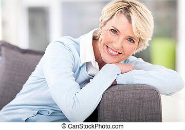 симпатичная, старшая, женщина, relaxing, на, , диван