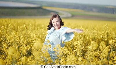 синий, unexpectedly, женщина, канолы, наряжаться, желтый, arms, pops, поле, портрет, цветы, открытый, счастливый