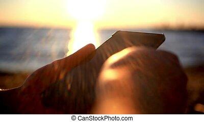 смартфон, море, мобильный, reflected, man's, воды, beach., uses, задний план, руки, закат солнца, размытый