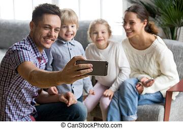 смартфон, семья, selfie, отец, держа, улыбается, принятие, счастливый