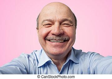 смартфон, selfie, пожилой, держа, старшая, марки, усы, человек