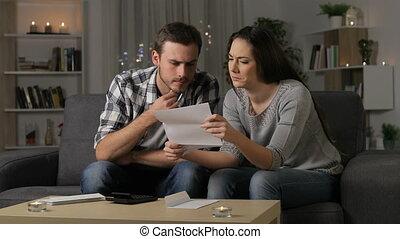 смущенный, пара, чтение, , письмо, в, , ночь
