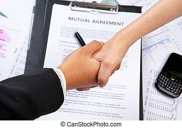 соглашение, бизнес-леди, рукопожатие, над, btween