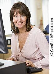 средний, aged, женщина, за работой, на, компьютер