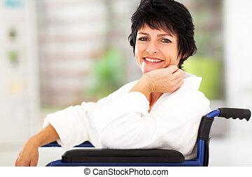 средний, aged, женщина, сидящий, на, инвалидная коляска
