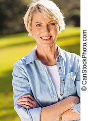 средний, aged, женщина, with, arms, crossed