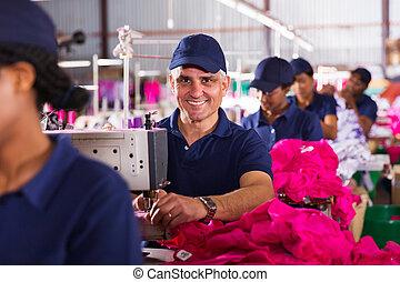 средний, aged, мужской, текстиль, работник, шитье, в, завод
