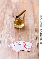 стакан, of, whisky, and, playing, cards, на, таблица