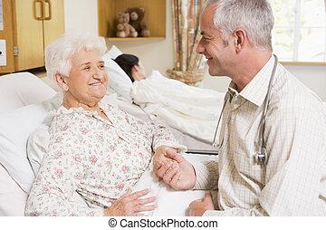 старшая, больница, женщина, врач, сидящий