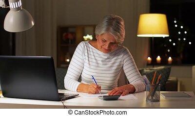 старшая, вечер, главная, женщина, налог, заполнение, форма