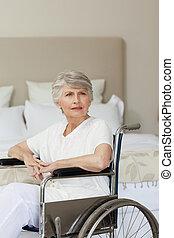 старшая, ее, главная, инвалидная коляска, женщина, concentrated