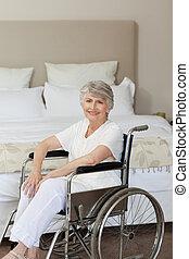 старшая, ее, инвалидная коляска, улыбается, женщина