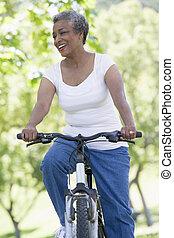 старшая, женщина, велосипед
