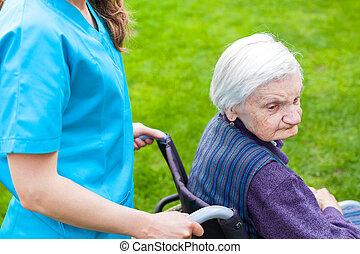 старшая, женщина, в, инвалидная коляска, with, медсестра