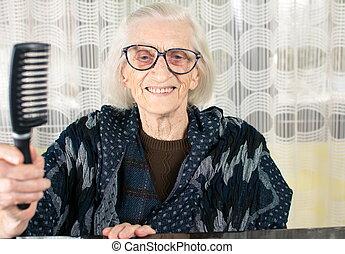 старшая, женщина, держа, расческа