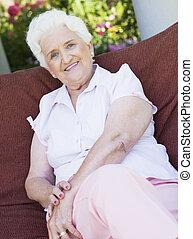старшая, женщина, на открытом воздухе, стул, сидящий