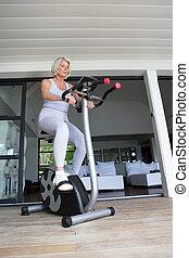 старшая, женщина, на, упражнение, велосипед