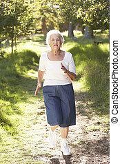 старшая, женщина, парк, бег трусцой