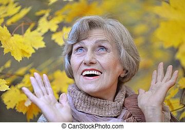 старшая, женщина, парк