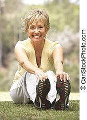 старшая, женщина, парк, exercising