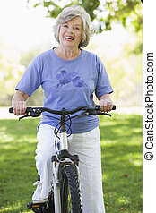 старшая, женщина, поездка, цикл