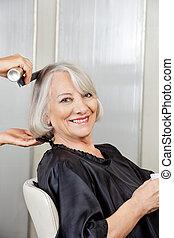 старшая, женщина, получение, волосы, styled, в, салон