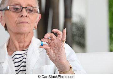 старшая, женщина, принятие, pills