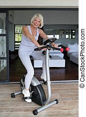старшая, женщина, с помощью, упражнение, велосипед