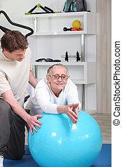 старшая, женщина, с помощью, упражнение, мяч