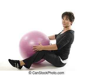 старшая, женщина, фитнес, упражнение, with, ядро, обучение, мяч