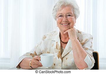 старшая, женщина