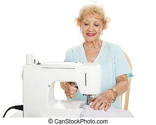 старшая, женщина, шитье
