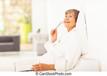 старшая, женщина, daydreaming, лежащий