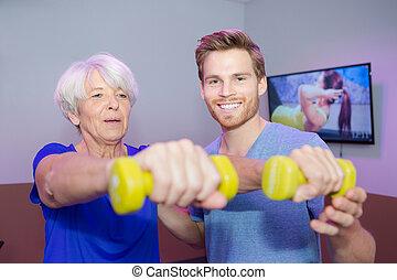 старшая, женщина, lifting, маленький, dumbbells