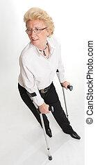 старшая, женщина, with, crutches