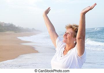 старшая, женщина, worshipping, на, пляж