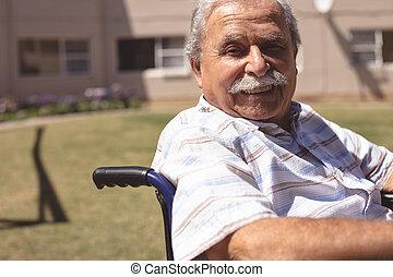 старшая, инвалидная коляска, улыбается, камера, человек
