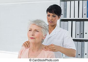старшая, костоправ, massaging, плечо, womans