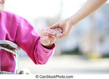 старшая, леди, в, инвалидная коляска, держа, руки