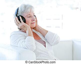 старшая, музыка, женщина, прослушивание