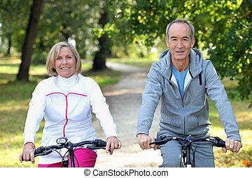 старшая, пара, на, велосипед, поездка