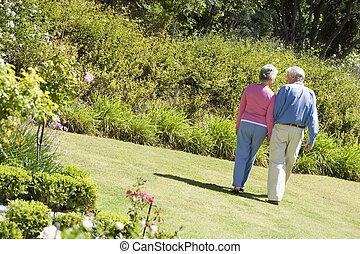 старшая, пара, сад, гулять пешком