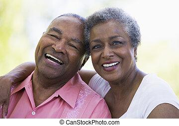 старшая, пара, сидящий, на открытом воздухе