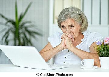старшая, портрет, женщина, закрыть, вверх, счастливый, портативный компьютер, с помощью