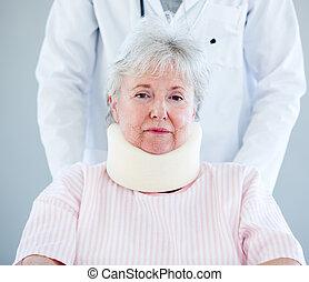 старшая, распорка, шея, портрет, инвалидная коляска, больница, женщина, сидящий